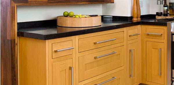 Mobili di cucina: maniglie, cerniere e illuminazione