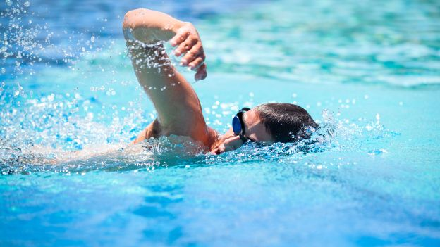 Nuotare a digiuno fa male?