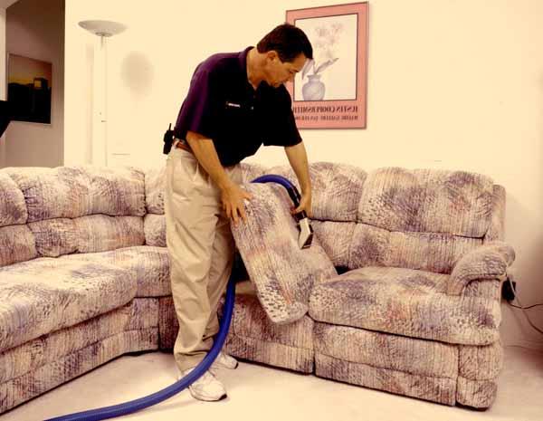 Come pulire divani e poltrone: guida completa