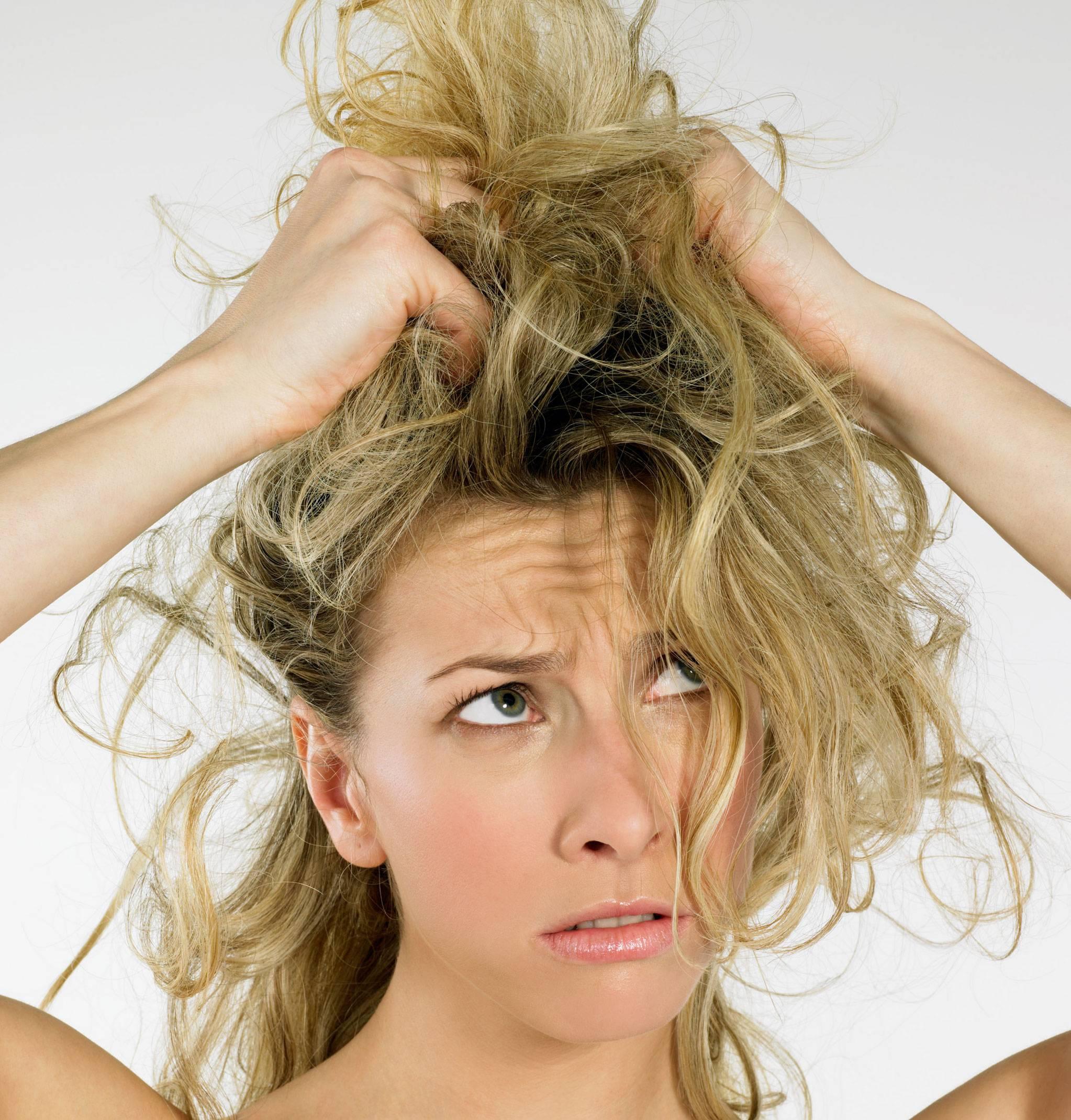 i rimedi naturali contro i capelli secchi