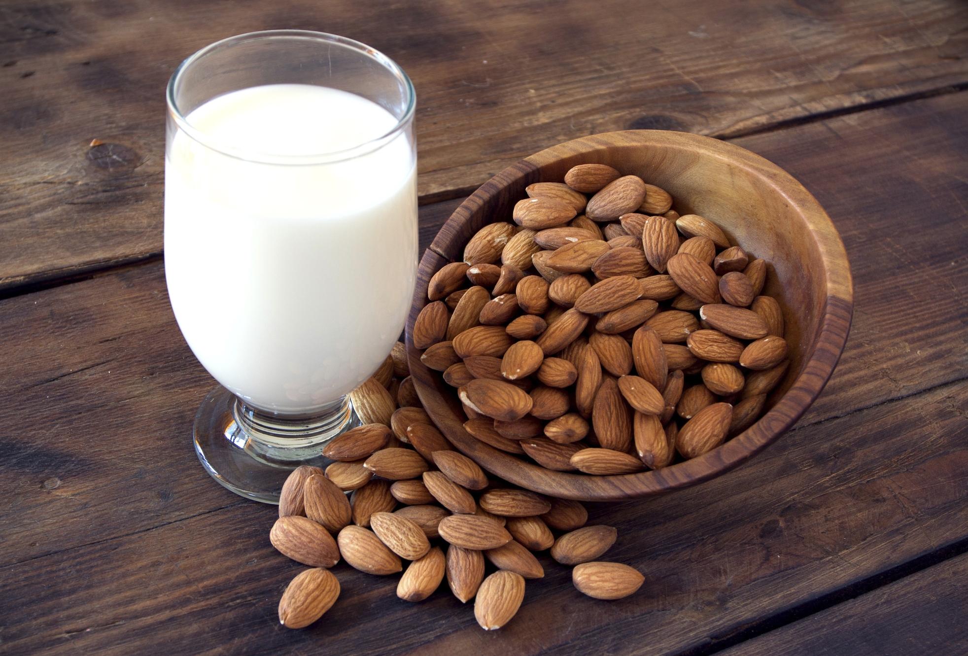 Come preparare il latte di mandorla in casa